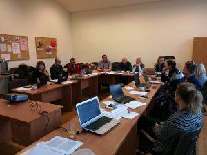 W sali, podczas jednego ze spotkań siedzą reprezentanci Dolnośląskich Ośrodków Ekonomii Społecznej oraz Dolnoślaskiego Wojewódzkiego Urzędu Pracy. Stoły ustawione są w kształcie litery U a na nich znajdują sie laptopy i wydrukowane dokumenty, nad którymi pracują obecni na sali kobiety i mężczyźni
